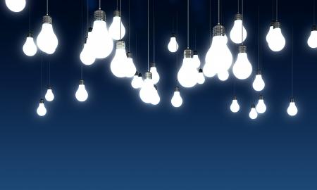 focos de luz: Colgante brillantes bombillas sobre fondo azul Foto de archivo