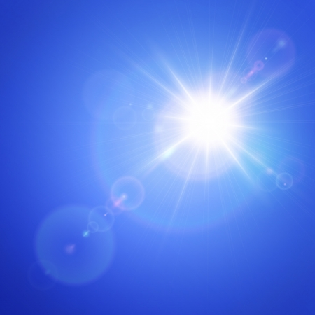 lichteffekte: Helle Sonne im blauen Himmel mit Lens Flare-Effekt