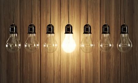 木製の背景で光るものと 7 つの電球