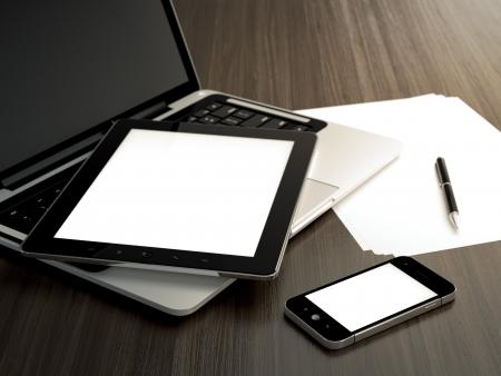hoja en blanco: Ilustraci�n 3D de la mesa de la oficina con los dispositivos electr�nicos y la hoja de papel en blanco Foto de archivo
