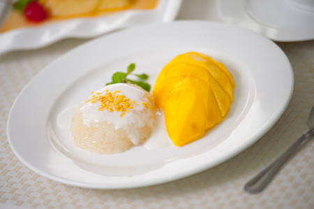 Thai sweet sticky rice with mango,this is very simple but tropical des- sert. Stok Fotoğraf
