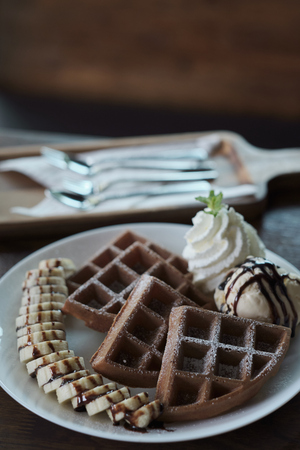 Homemade Belgian waffles with with bananas and ice cream. Stok Fotoğraf - 122673845