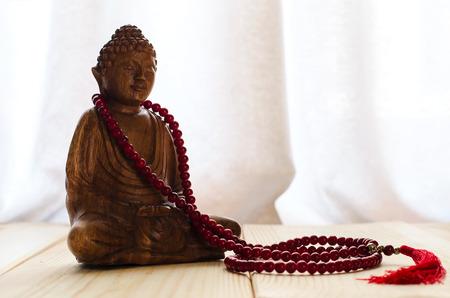 瞑想のための仏とマラのビーズのクローズ アップ