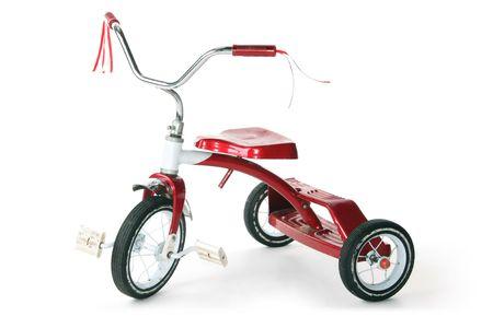 serpentinas: Cl�sico retro rojo triciclo, aislado sobre fondo blanco. Foto de archivo