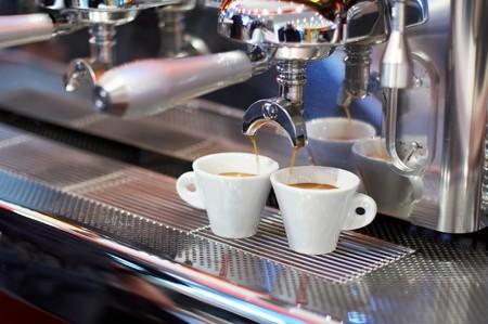 maquina vapor: dos tazas de caf� en el caf� dispositivoequipo # 2