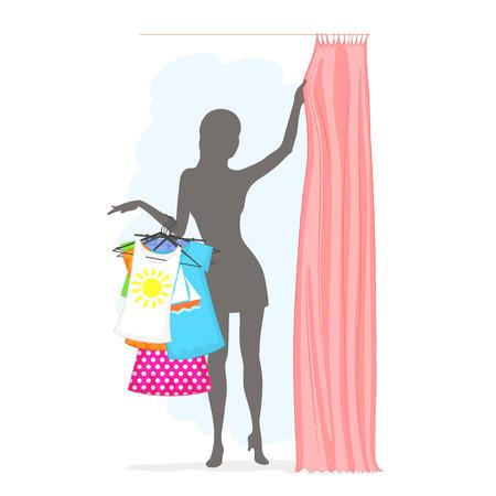 細い女性は多くの服をハンガーにつかまってと試着室でカーテンを引いてします。夏の女性のショッピングします。