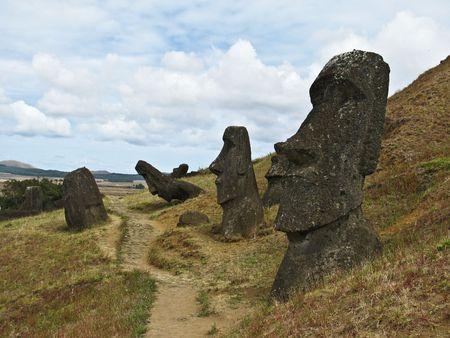 moai: Estatuas de los moai en Rano Raraku Polyneasian la isla de Isla de Pascua. Foto de archivo