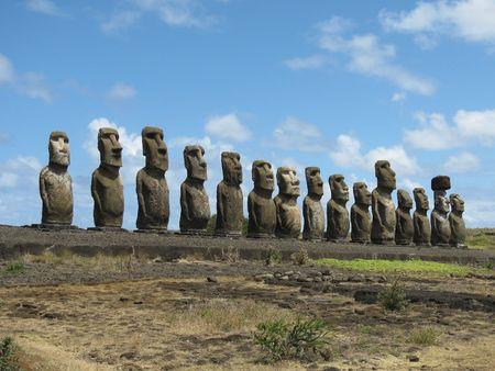rapa nui: 15 estatuas de piedra sobre el Ahu Tongaraki, Rapa Nui (Isla de Pascua) Foto de archivo