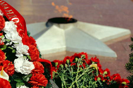 feat: laid wreaths and flowers at the eternal flame in memory of the heroes of World War II Stock Photo