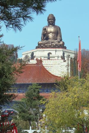 Estatua de Buda en el templo chino de Jing Foto de archivo - 88210233