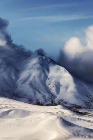 Picos nevados en mal tiempo Foto de archivo - 89533360