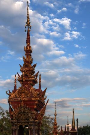 Agujas de los templos budistas en el fondo del cielo azul con nubes Foto de archivo - 89533363