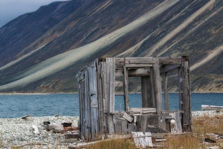 Ruinas de madera en la orilla del mar Foto de archivo - 89464620