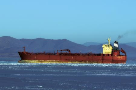 tanker in the ice Foto de archivo - 96724953