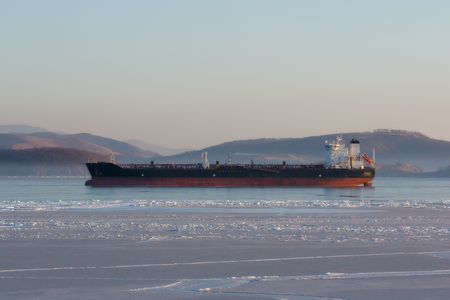 Transportation of fuel by sea in Russian ports is difficult in winter due to freezing seas Foto de archivo - 96522407