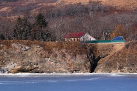 house on the shore of the frozen sea Foto de archivo - 96528727