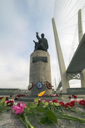 monument in Vladivostok Russia on the memorial is written in Russian-Heroic deeds of the sailors of the Soviet merchant fleet in the Great Patriotic War of 1941-1945 Foto de archivo - 101535357