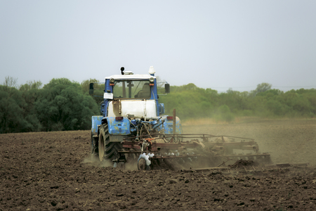 plowing land for planting with a plow Foto de archivo - 101523618