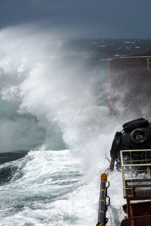 storm wave breaks on board the tanker Foto de archivo