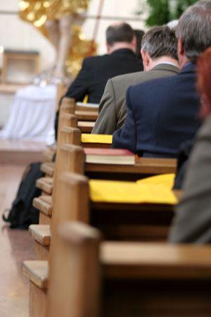 salmo: persone in preghiera nella chiesa
