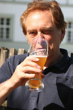 man drinkt bier: een man bier drinken