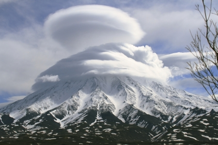 kamchatka: Vulcano Kronotsky nel houve delle nuvole, Kamchatka, Russia
