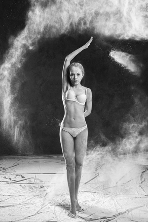 Schwarzweiss-Porträt des jungen Tänzers mit dem Weißmehl, das von ihrem Haar leicht schlägt Standard-Bild - 77314645