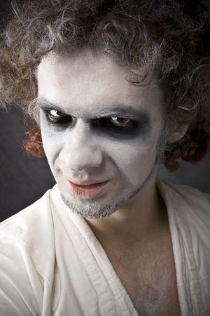 arrogancia: cara de hombre con una sonrisa, el disgusto, la arrogancia