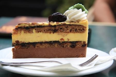 ciruela pasa: Delicioso pastel con ciruelas, nueces y crema Foto de archivo