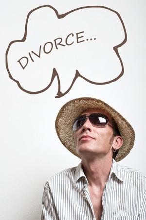 vacancier: Vacancier fou chapeau de paille et lunettes de soleil qui r�vent de le divorce
