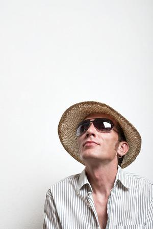 vacancier: Vacancier fou en chapeau de paille et lunettes de soleil r�ver. Banque d'images