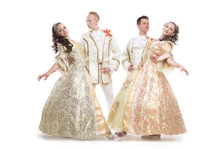 4 つの若者、2 人の女の子と二人の少年は歴史的な貴族の衣装 18 世紀のダンスの数字の白い背景で隔離のポーズに身を包んだ 写真素材
