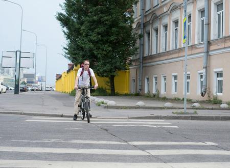 crosswalk: turistas cruzando el paso de peatones en la ciudad