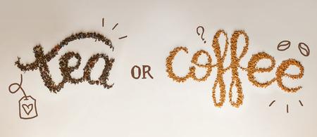 Thee of koffie. geschreven door thee brouwen en oploskoffie op witte achtergrond. Gezond voedsel concept, belettering Stockfoto