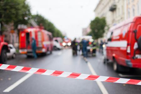 赤とホワイト ライン バリアの消防士の背景にテープや消防職場で車.赤白警告テープ極フェンシングがないエントリを保護します。 写真素材