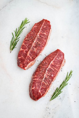 Raw fresh meat Top Blade steaks on light background. top view 免版税图像