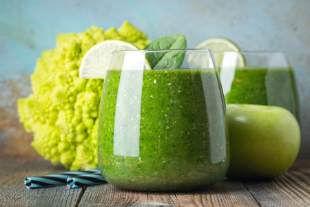 Green fresh healthy smoothie with fruits and vegetables Standard-Bild - 119883631