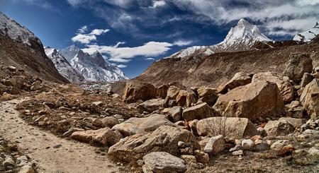 山の中の田舎道。ヒマラヤ山脈。インド。 写真素材