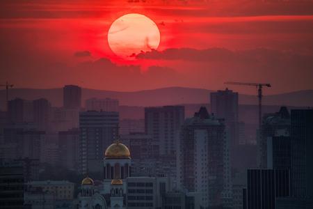 Jekaterinburg, Russland - Jule, 2018: Teleobjektiv Panoramaaufnahme der Stadtansicht Megalopolis bei Sonnenuntergang mit Riesensonne am Sommerabend