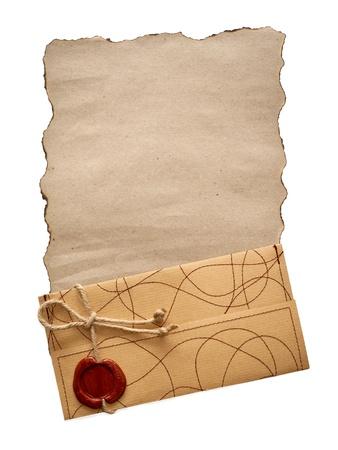 papel quemado: papel viejo y un sobre aislado en blanco