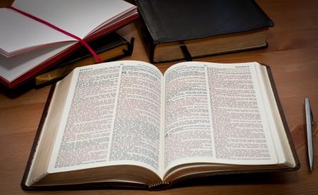 historias biblicas: Biblia abierta sobre la mesa