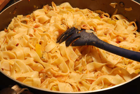ingridients: Pciture of frying pan full of pasta with sea food