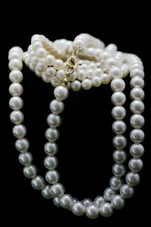 black satin: perlas aisladas en negro satinado