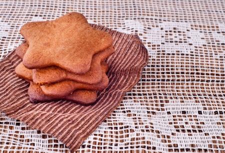galletas de jengibre: Galletas de jengibre apiladas en servilleta marrón, forma de la estrella