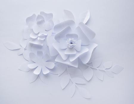 Flor de papel sobre fondo blanco, flores de papel de artesanía, corte de papel, hermoso diseño Foto de archivo - 74415868