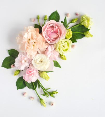 꽃 조성 텍스트 장소입니다. 신선한 꽃으로 만든 프레임입니다. 평평한 평면, 평면도
