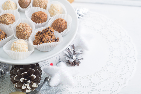 Homemade chocolate truffles, sweets over Christmas background Standard-Bild