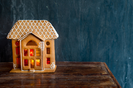 Beautiful background with gingerbread house, modern food still life, Christmas holiday card, rustic background Standard-Bild