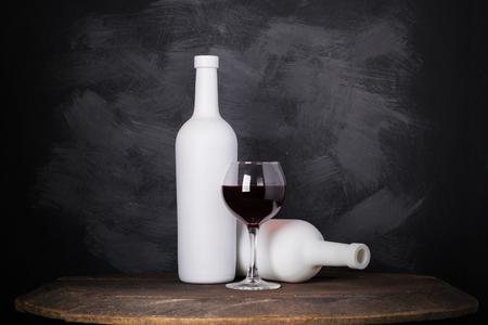 木製の背景にワインボトルとガラス 写真素材 - 101609062