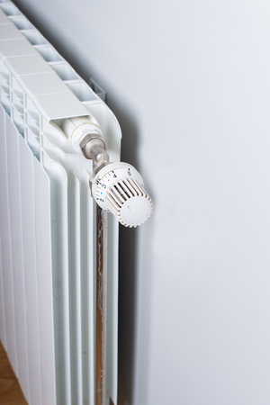 A White heating radiator on the wall. Imagens - 114390081